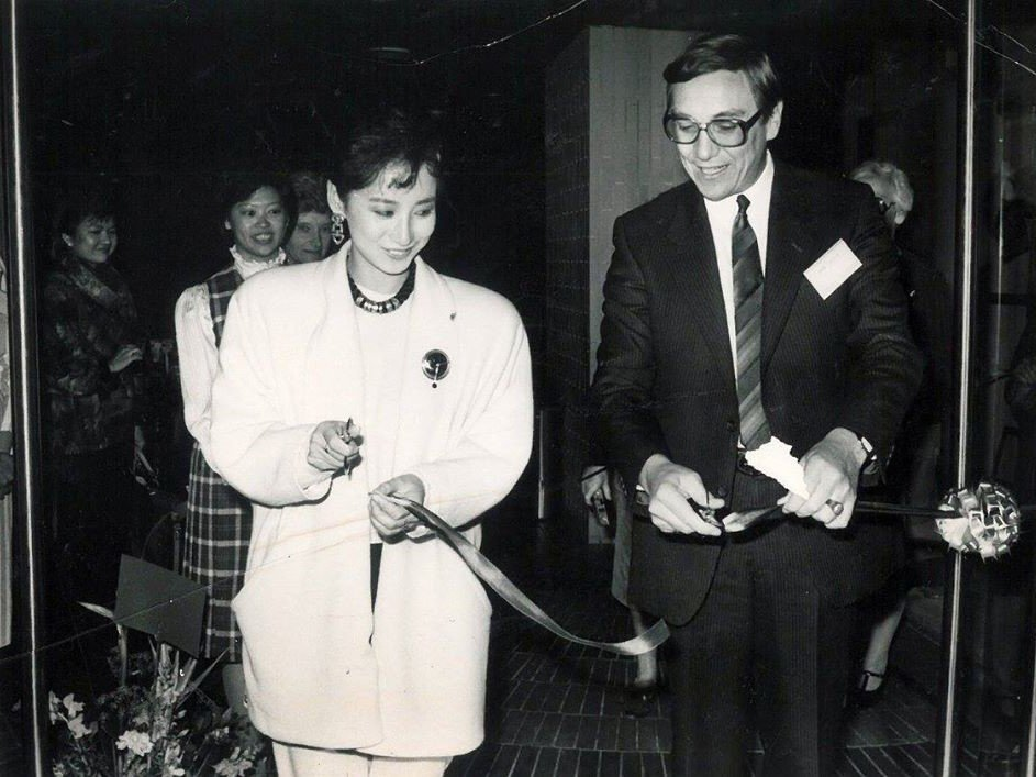 David Hodson, then Chairman of the Oxfam Hong Kong Group, and Ms. Tse Ning, Miss Hong Kong 1985, at the opening ceremony of The Oxfam Shop in Jardine House.